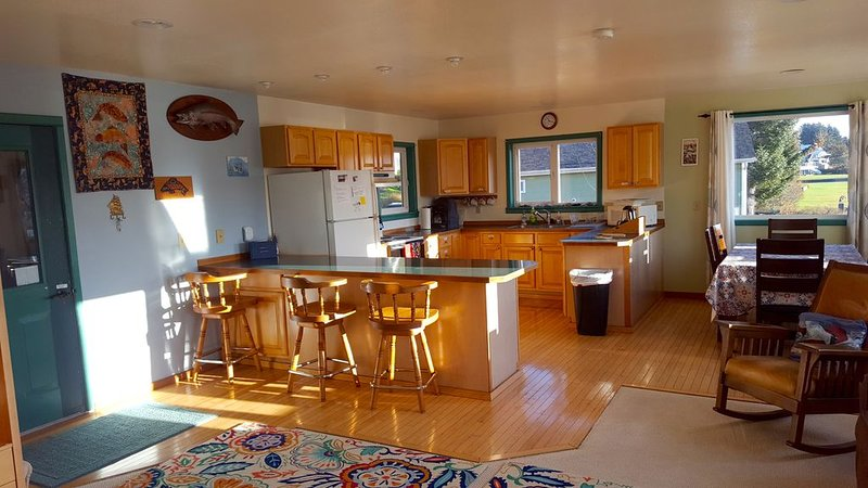 Ocean-view, 'fishing, kayaking, explore the island' rates, selected dates!!!, location de vacances à Île de Kodiak