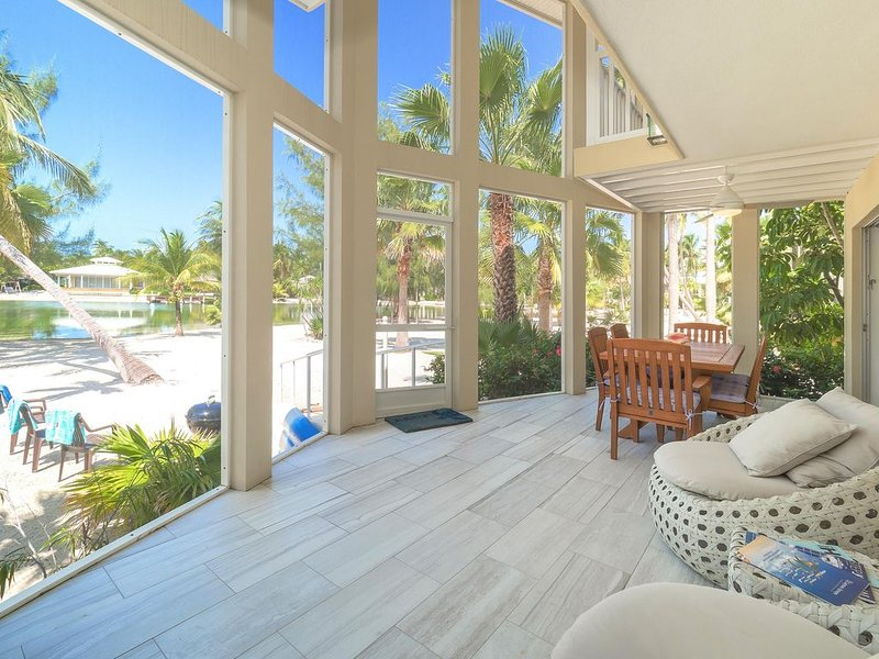 Seaside Dreams: Contemporary Oasis on Bio-Bay With Two Free Kayaks, holiday rental in Rum Point