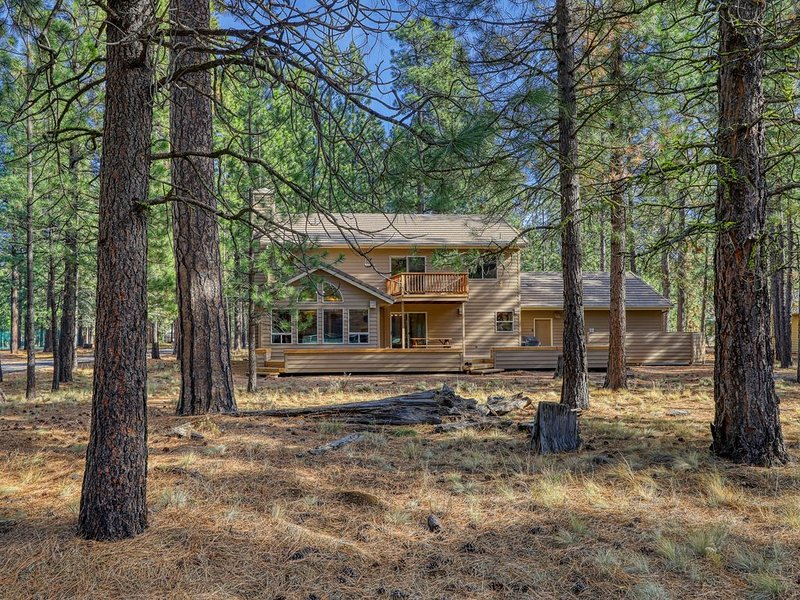 New listing! Beautiful & spacious home w/ a private hot tub in a great location, holiday rental in Black Butte Ranch