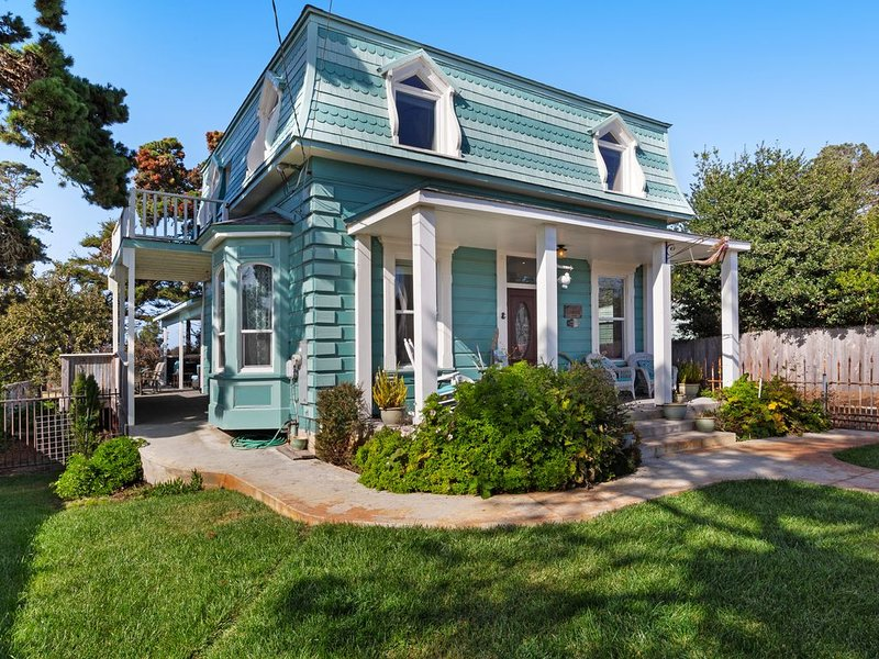 Iconic, Remodeled 19th Century Home w/ Hot Tub & Custom Kitchen - Steps to Beach, location de vacances à Fort Bragg