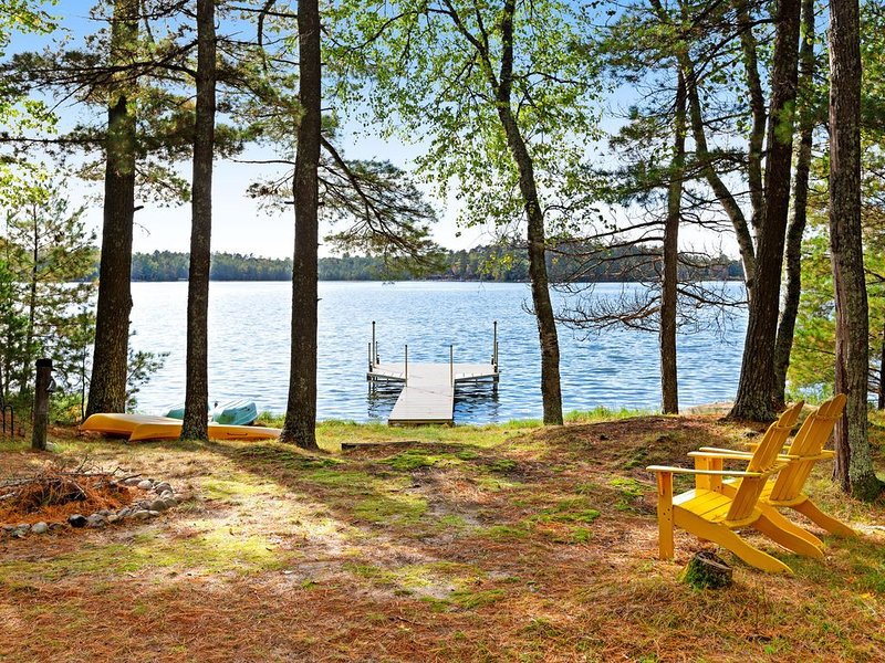 Lakefront cabin w/ private dock, firepit, kayaks, and screened-in porch!, holiday rental in Saint Germain