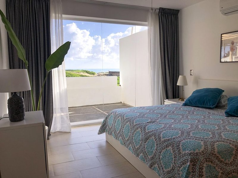 Lovely, Stylish Apartment at Oceanfront on Beach, vakantiewoning in Espaillat Province