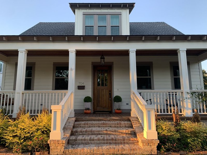 NEW HOME! STEPS TO THE BEACH/3BR/2.5BA/SLEEPS 6/GREAT 2ND ST LOCATION – semesterbostad i Gulfport