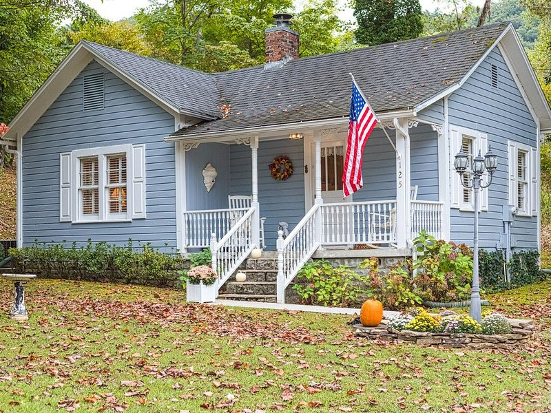 Charming, secluded cottage in a prime location near Little River, vacation rental in Townsend