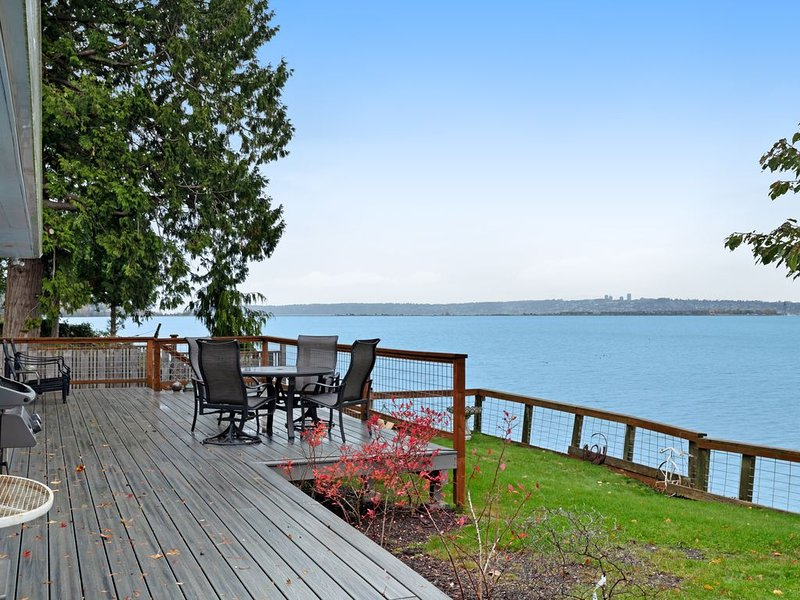Bayfront home w/ a great deck, views of the harbor & electric fireplace, alquiler vacacional en Blaine