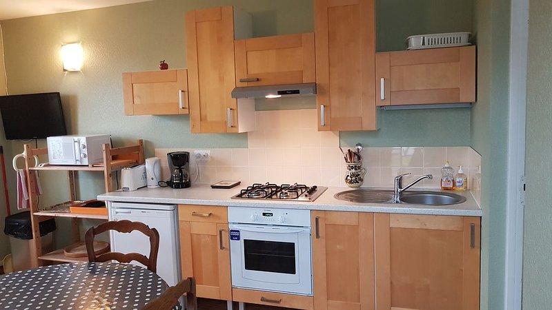 appartement  meublé tout confort dans maison individuelle avec jardin arboré, holiday rental in Madre