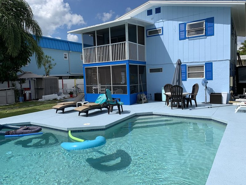 Beautiful beach home w/heated pool on canal/steps 2 Gulf or  pristine Estero Bay, holiday rental in Fort Myers Beach