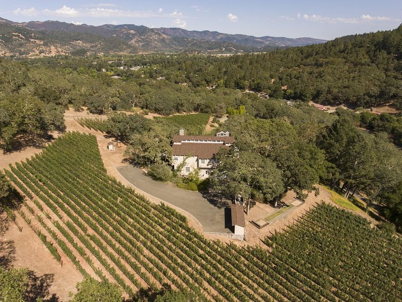 Stunning View Estate in Calistoga - the Retreat on the Knoll, holiday rental in Calistoga