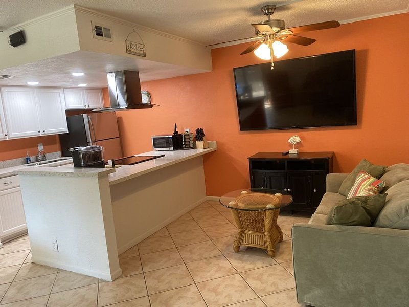 Luxury Tropical Condo - Steps to the Beach, Overlooking  Pool #225 (sleeps 6), vacation rental in Port Isabel