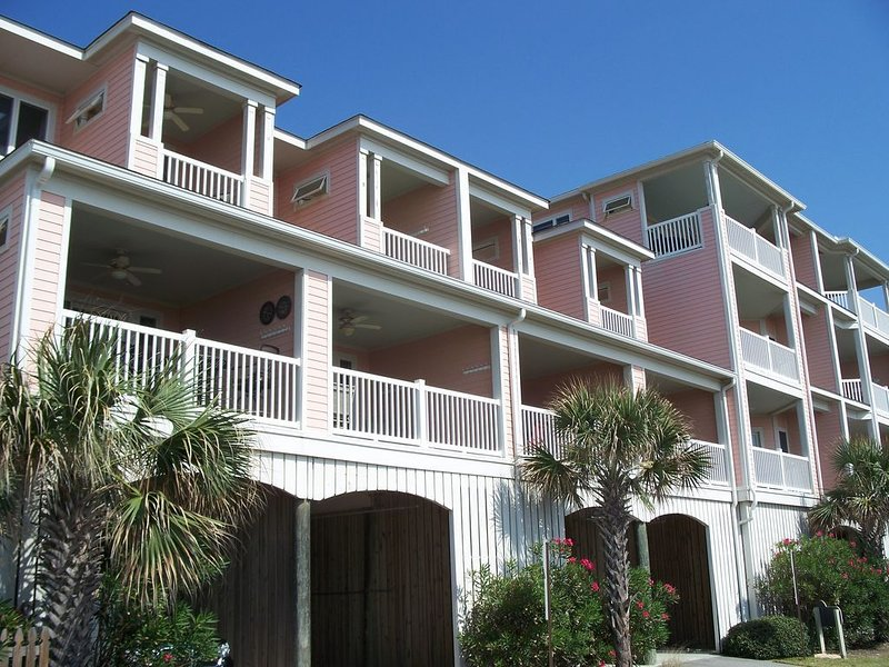 107 Ocean Pointe ~ 3 BR/3 BA Retreat just steps from the sand!, location de vacances à Folly Beach