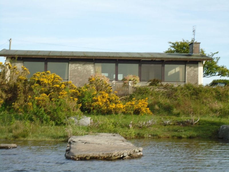 Lovely 3 Bedroom Bungalow on the shore of Lough Corrib (Oughterard.), casa vacanza a Maam Cross