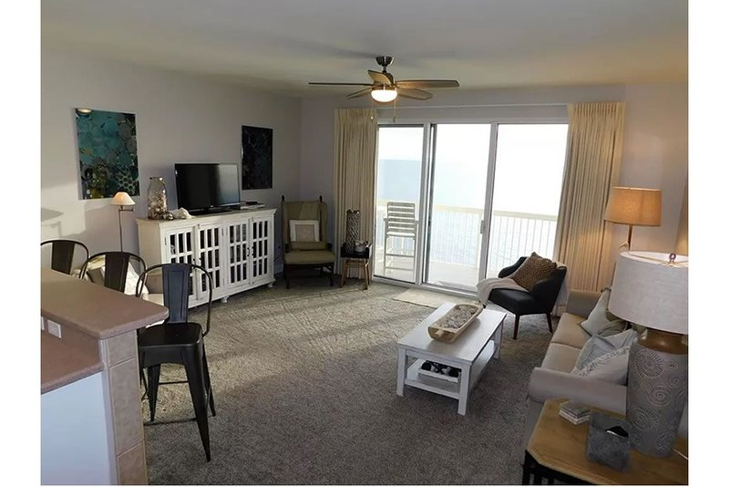 BEACH CHAIR SERVICE INCLUDED IN THIS BEAUTIFULLY UPDATED CONDO!, holiday rental in Laguna Beach