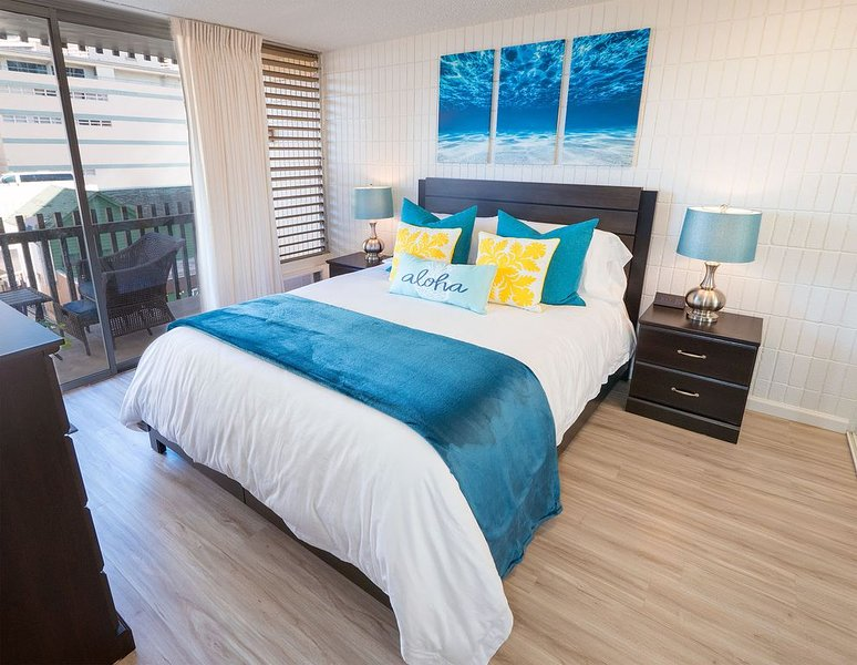 Queen bedroom with lanai acces