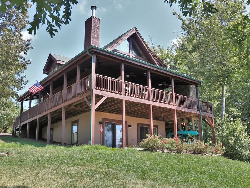 MOUNTAIN VIEWS ~ LAKE ACCESS ~ FIREPLACE ~ WIRELESS INTERNET ~ KING BED ~ WOOD F, vacation rental in Vein Mountain