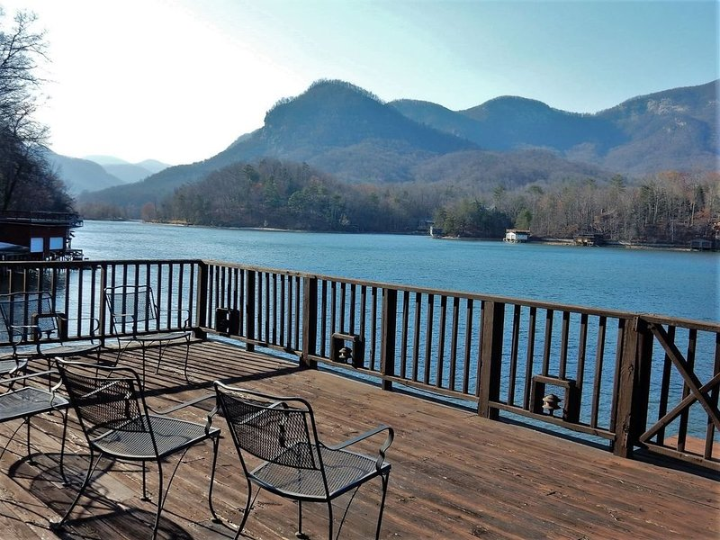 LAKE LURE LAKEFRONT ~ WI-FI ~ MOUNTAIN VIEWS ~ ROMANTIC ~ KING SIZE BED ~ BOAT D, holiday rental in Chimney Rock