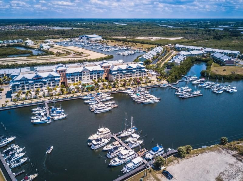 Ultimate Tampa Bay Getaway! Comfy 1BR Suite, Pool, Tennis, Parking and More, location de vacances à Ruskin