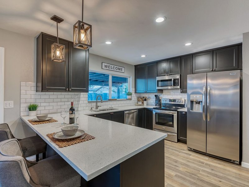 Rare & Modern family home w/ heated pool, holiday rental in Tempe