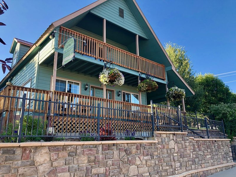 Historic home with hot tub in the heart of Downtown Pagosa Springs!, vacation rental in Pagosa Springs