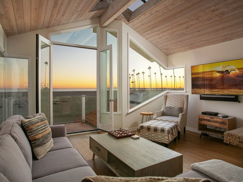 Recently remodeled ocean front duplex with private roof top deck, alquiler de vacaciones en Newport Beach
