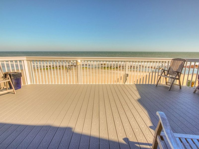 Oceanfront End Unit Townhome with Huge Deck and Indoor and Outdoor Pools, vacation rental in Kure Beach