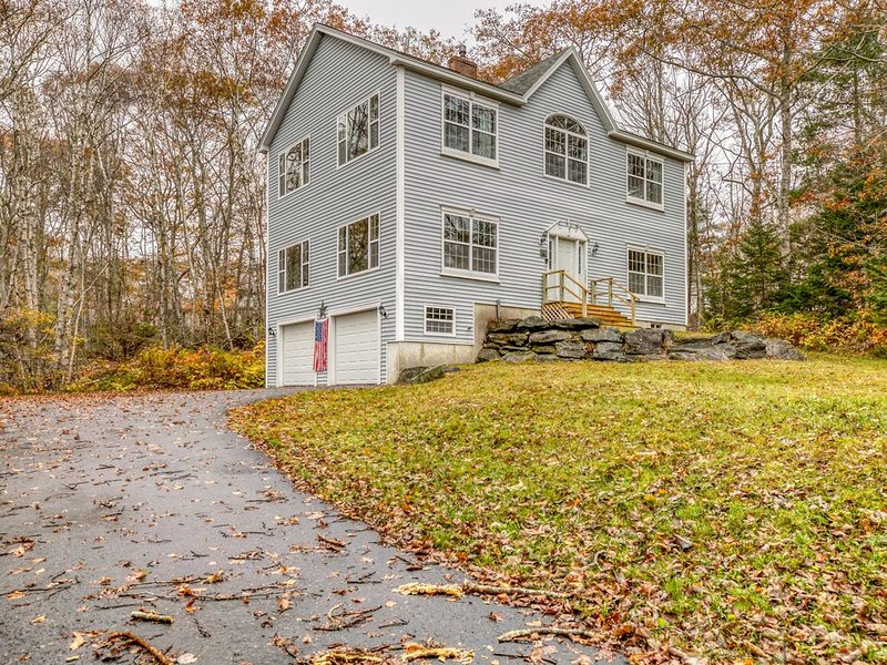 Family home w/ wood stove, game room, gas grill & garden views - 2 dogs OK!, alquiler vacacional en Boothbay