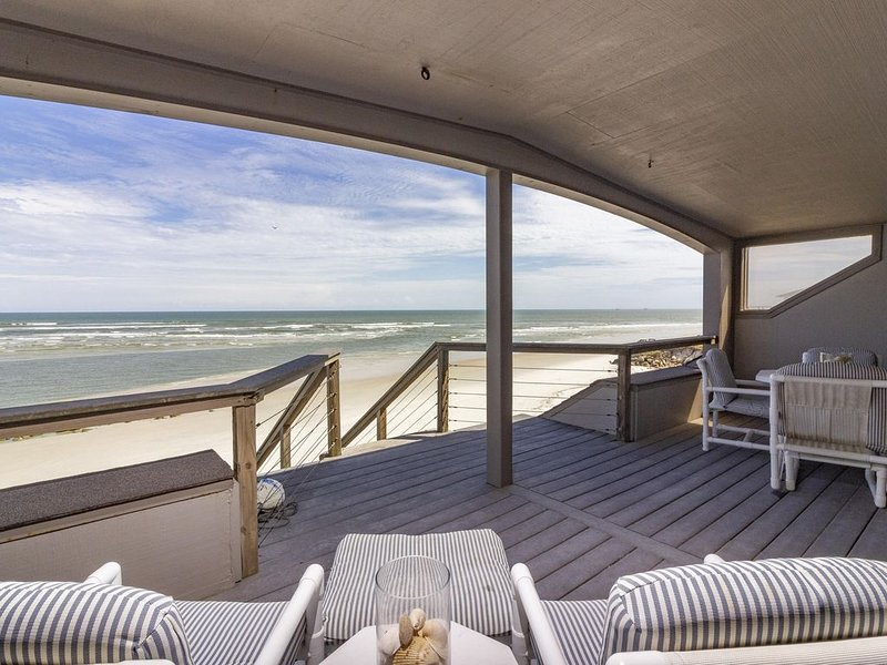 Beautiful Oceanfront Penthouse ~ Incredible Views ~ Pool, vacation rental in Marineland