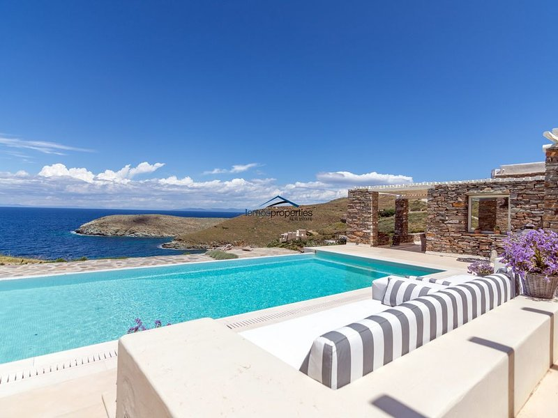 Fantastic villa with a swimming pool, ideal for families or a group of friends., holiday rental in Kea