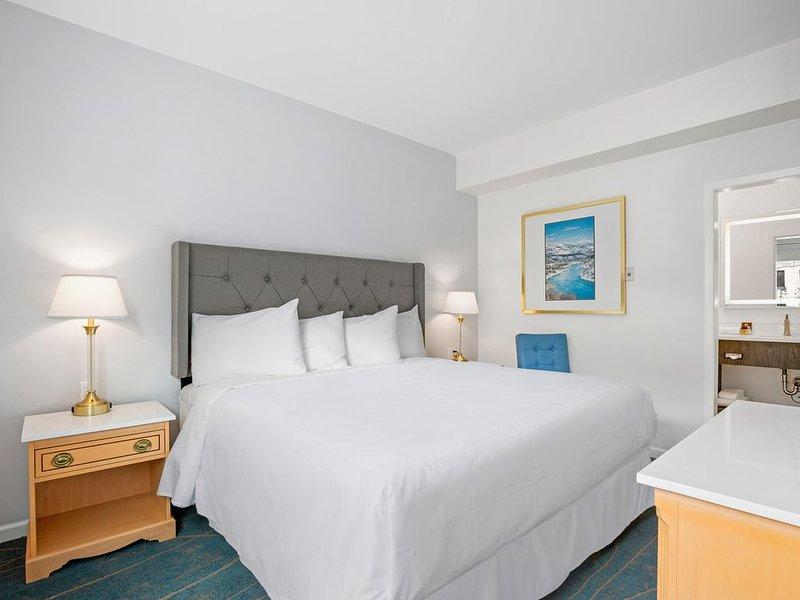 Premier Preferred King Room - Suite - 1 King with Kitchen, alquiler de vacaciones en Castlegar