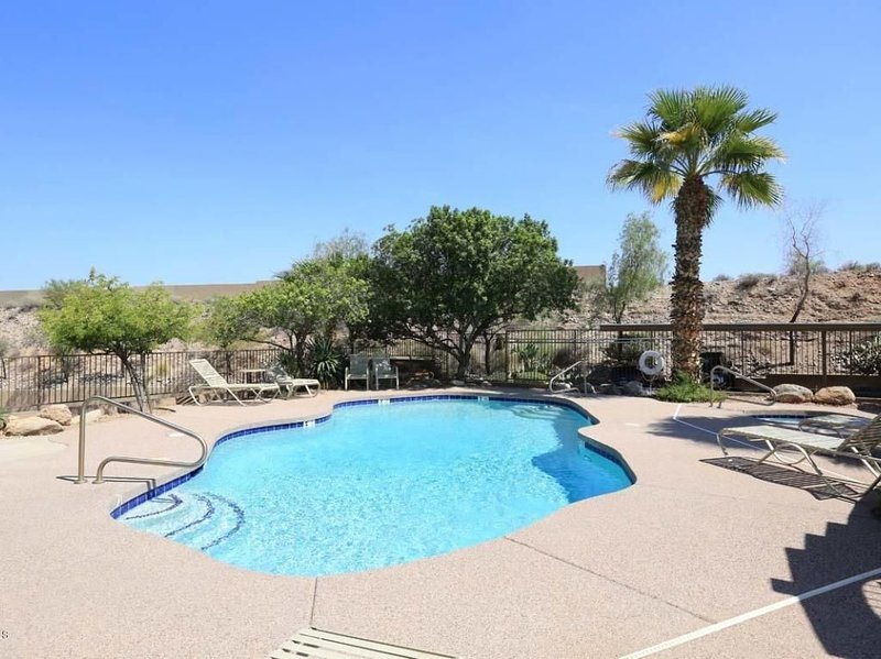 POOL IS STEPS AWAY! WINTER DISCOUNT IN THIS AWESOME VET OWNED 2BR/2BATH CONDO, casa vacanza a Fountain Hills