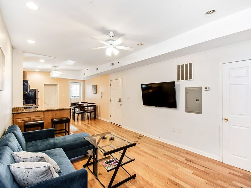 Huge Modern beautiful City-view Apt w. Roof Deck, location de vacances à Philadelphie