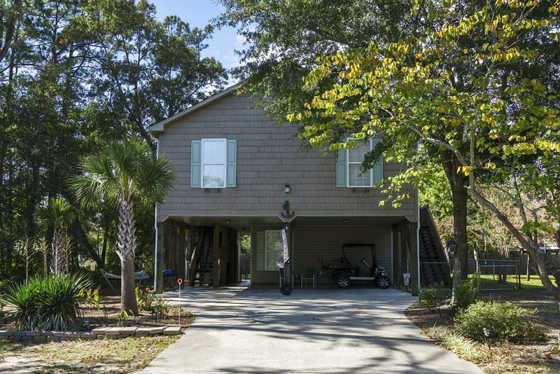 Woodlands Wonder: Cute Oak Island Cottage Welcomes Nightly Reservations Even in, holiday rental in Bolivia