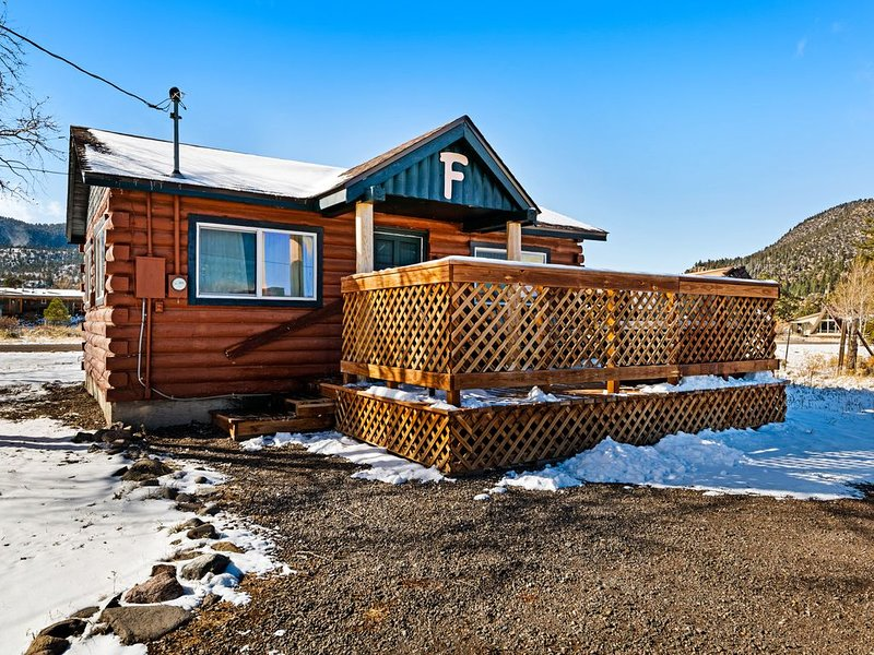 Lovely log cabin with private hot tub & deck - dogs, hikers & skiers welcome!, holiday rental in South Fork