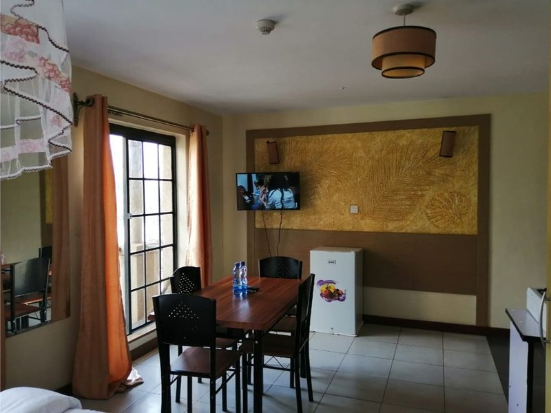 Sam Suite Studio 2, very clean and free wifi, secure parking. 5 min walk to CBD., holiday rental in Mount Kenya National Park