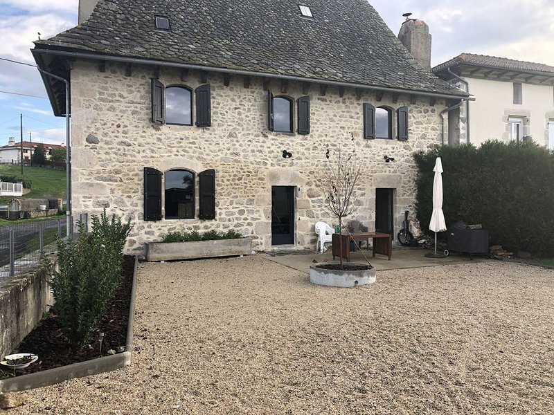 Maison Auvergnate Rénovée en 2018, holiday rental in Roumegoux