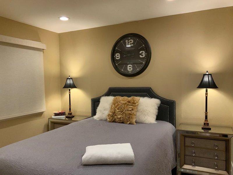 Clock Room- beautiful bedroom next to Santana Row, location de vacances à Campbell
