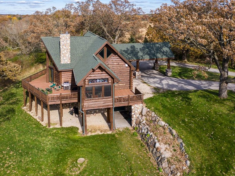 Stunning Log Cabin Getaway Near Lake Beulah *Pool Table*Grill, alquiler vacacional en Rochester