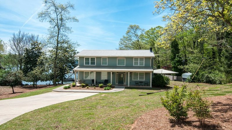 BEST LAKE LOCATION! Gorgeous lake view ~ easy walk to the lake!, holiday rental in Gainesville