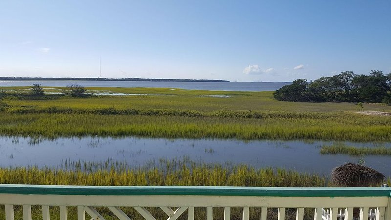 Adorable Pet Friendly Cottage with Gorgeous Water View, holiday rental in Harbor Island