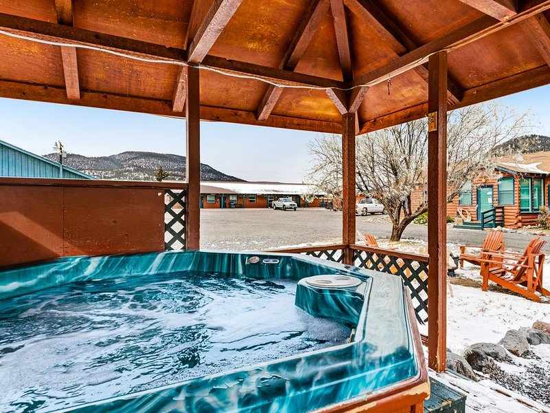 Cozy, dog-friendly log cabin w/ shared hot tub - close to skiing & hiking, holiday rental in South Fork