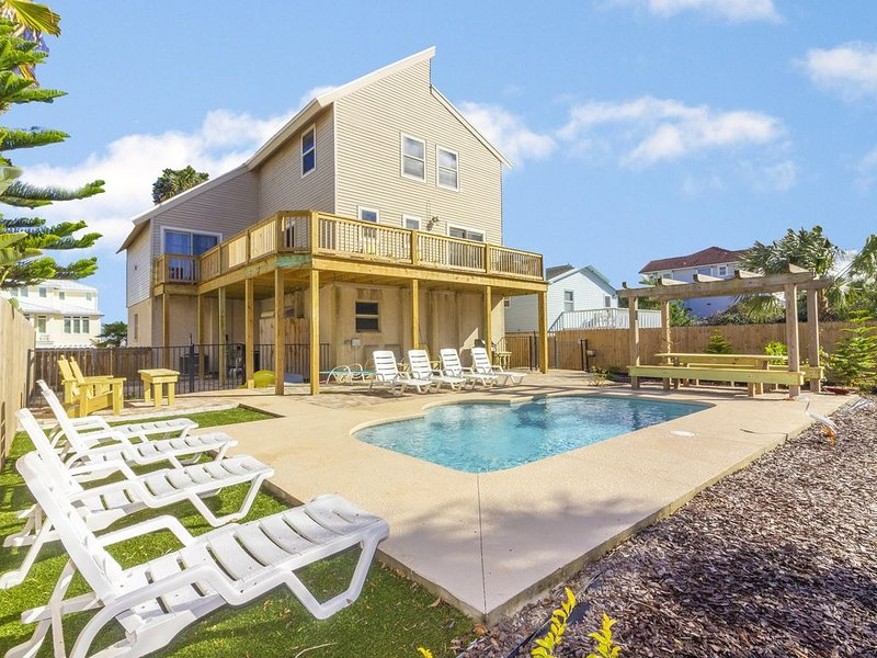 Beautiful Ocean View Pool Home ~ Very Spacious ~ Lots of Decks!, location de vacances à Crescent Beach