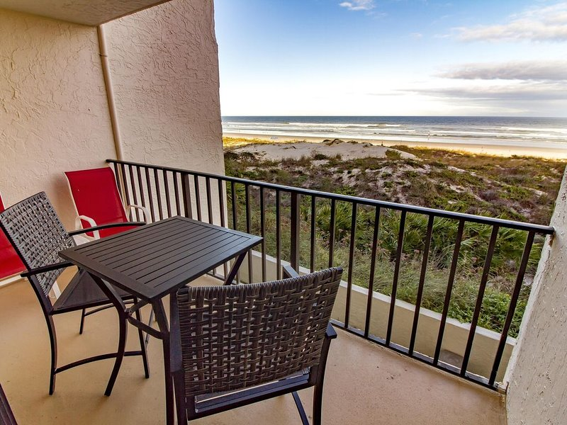 Spacious Oceanfront Condo ~ Heated Pool ~ Pet Friendly!, location de vacances à Crescent Beach
