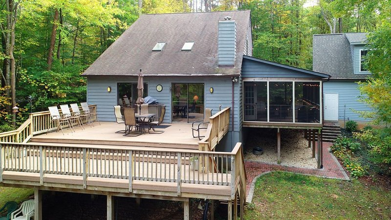 Lakefront home w/ dock, screened porch, deck & firepit - dogs OK!, holiday rental in Mineral