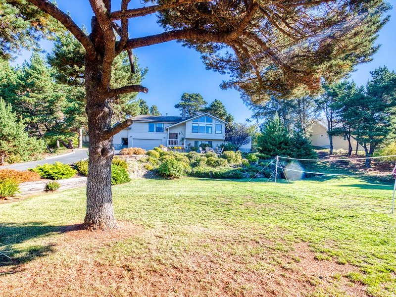 Grand home near the beach w/private hot tub, board games, firepit - dogs welcome, holiday rental in Gearhart