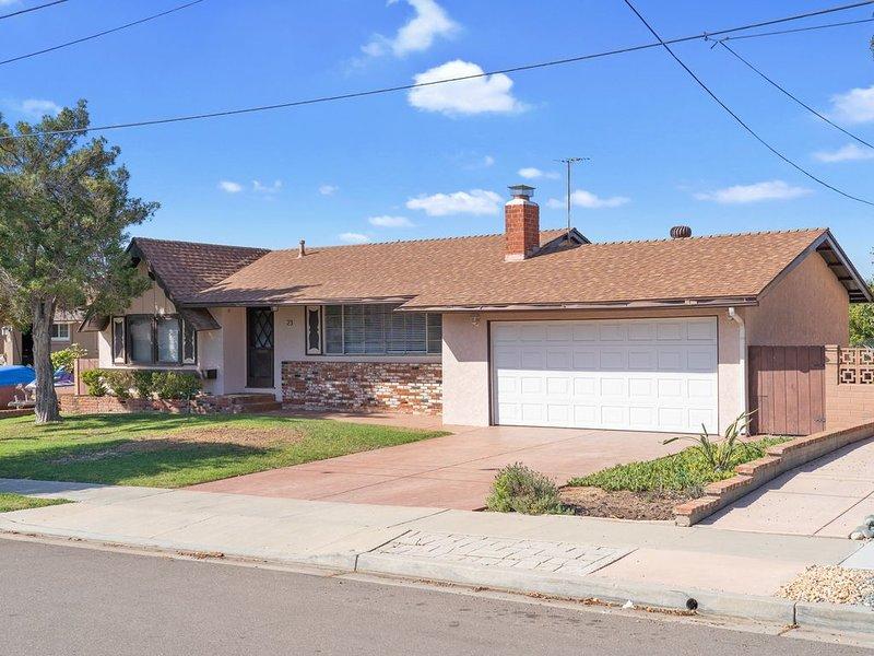 SoCal home w/ an enclosed yard - near golf & freeway to Naval base, San Diego, casa vacanza a Bonita