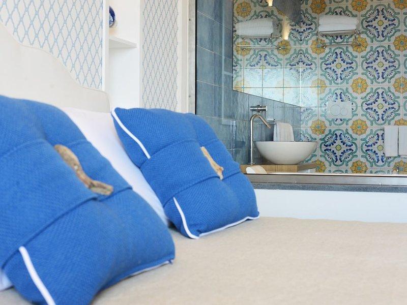 CAPRI, appartamento deluxe a  MARINA PICCOLA, sospeso tra SPIAGGIA e MARE, holiday rental in Marina Grande