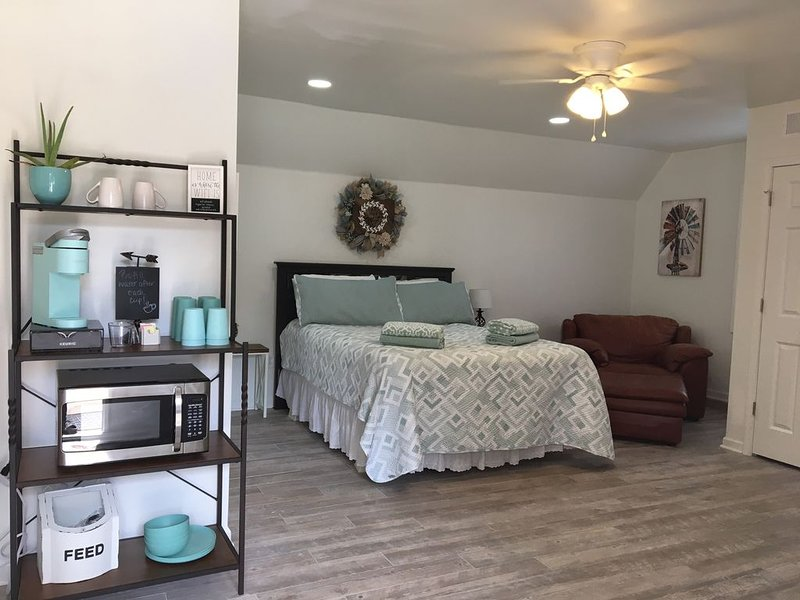 Collierville Guesthouse - Overlooking Pool & Acreage, holiday rental in Cordova