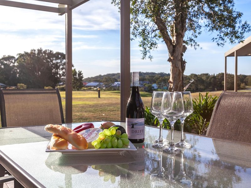 Condo105 * Horizons Golf Resort - Salamander Bay NSW - FREE Wifi - Netflix - Gol, casa vacanza a Port Stephens