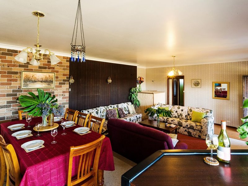 Coal d Vine VIEW - Cessnock NSW - FREE WiFi - Swimming Pool - Wineries - Concert, holiday rental in Mount View