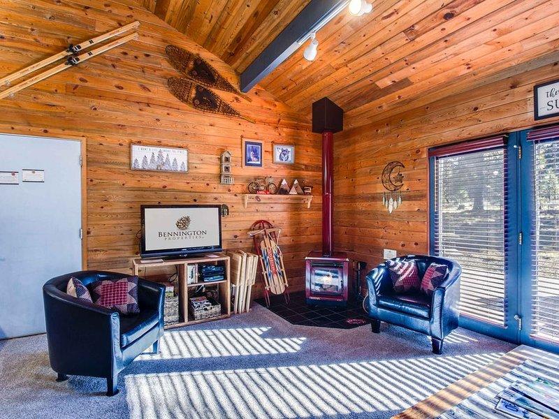 Cute Sunriver Cabin, Short Walk to the Village, Starbucks, SHARC-Coyote 8, alquiler de vacaciones en Sunriver