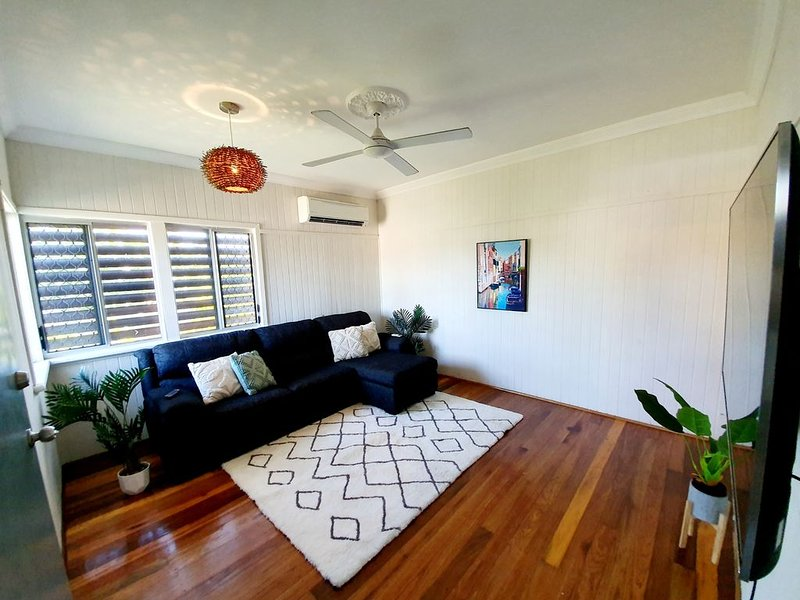 Walk to the airport 3 bedroom home with netflix self check in, location de vacances à Alligator Creek